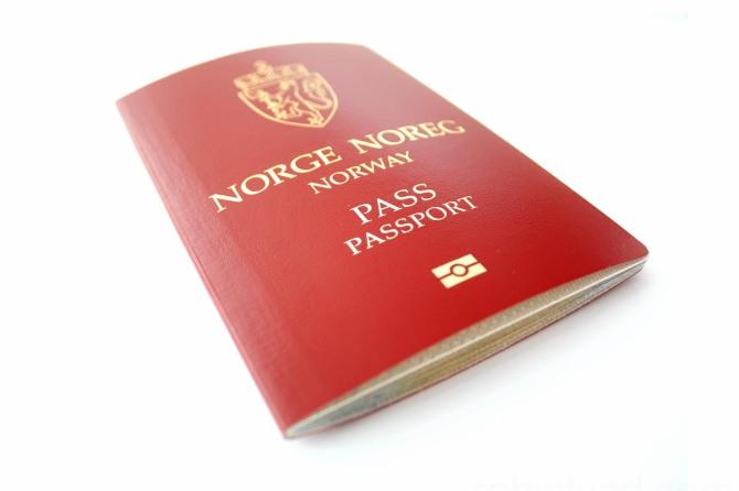 imgs_IMG_5949_pass-robinlund-Norsk-pass-mot-hvitt.jpg